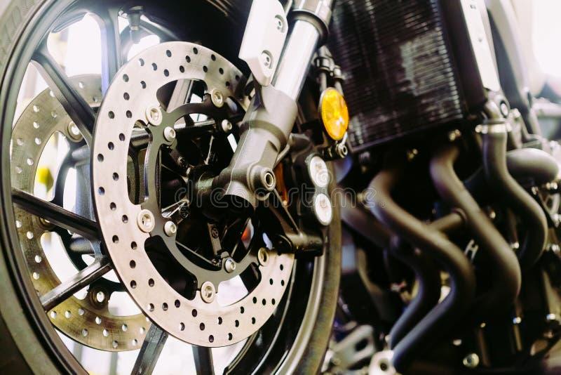 Chiuda su di una ruota del motociclo, di una sospensione e di un sistema del freno a disco fotografie stock