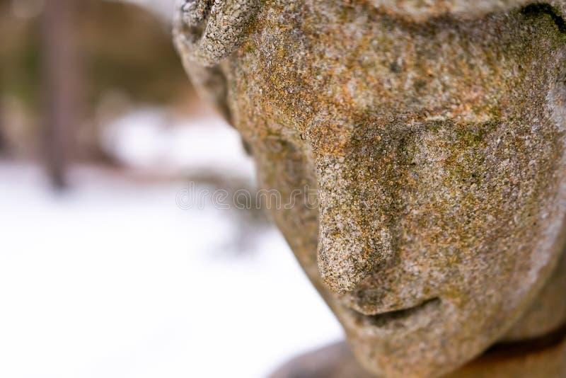 Chiuda su di una statua di pietra nell'inverno immagini stock