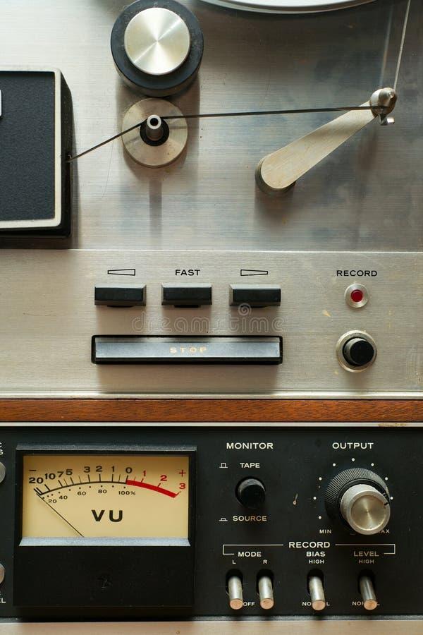 Chiuda in su di vecchia piastra di registrazione bobina a bobina Analog fotografia stock libera da diritti
