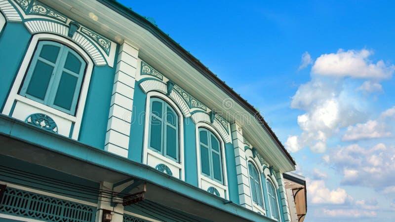 Chiuda su di vecchie finestre d'annata e della costruzione asiatica del tetto nello stile cinoportoghese dell'architettura con be fotografia stock