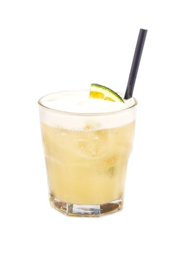 Chiuda su di vetro con il cocktail dell'alcool con il latte arancio e cremoso del rum, immagini stock