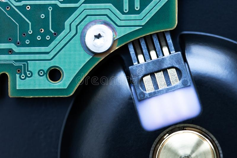 Chiuda su disco rigido attrezzatura di stoccaggio per il pc o il computer portatile sicurezza e concetto di sostegno per i dati r fotografia stock libera da diritti