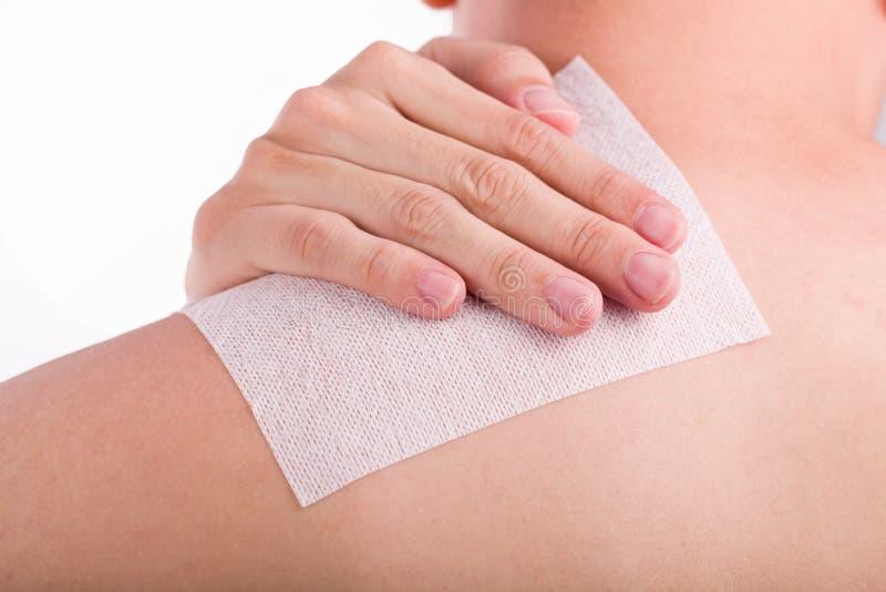 Chiuda su dolore maschio della spalla con gesso medicato immagini stock libere da diritti