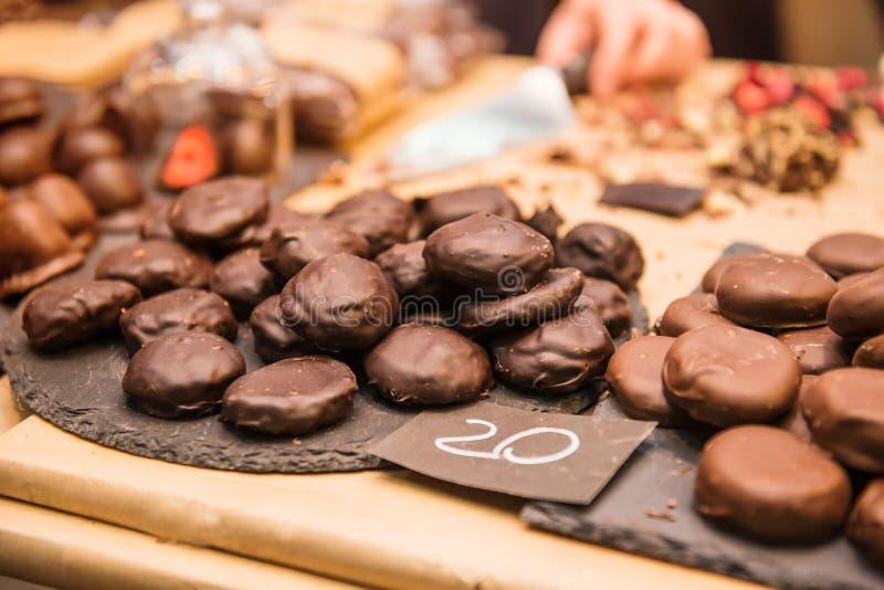 Chiuda su esposizione con l'assortimento delle caramelle di cioccolato scure e marroni con differenti materiali da otturazione De immagini stock libere da diritti
