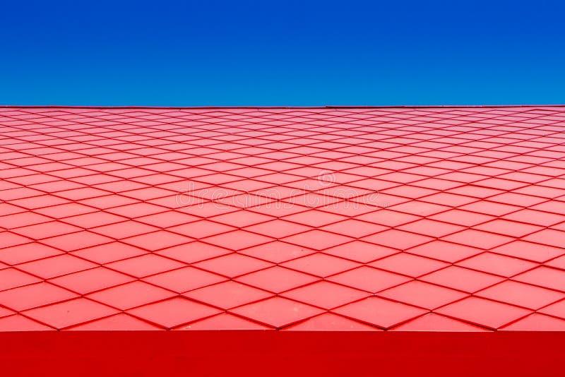 Chiuda su fondo delle mattonelle rosse con i cieli blu, stile d'annata di terracotta del tetto fotografia stock libera da diritti