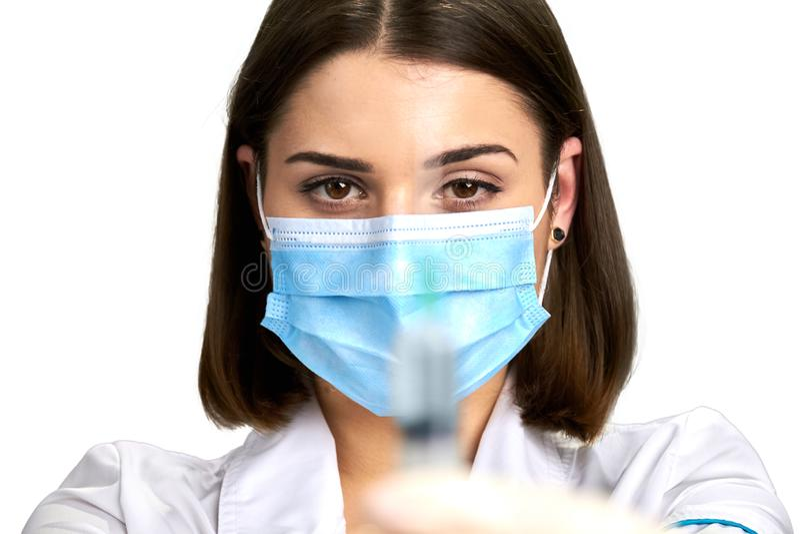 Chiuda su giovane medico con l'iniezione immagini stock
