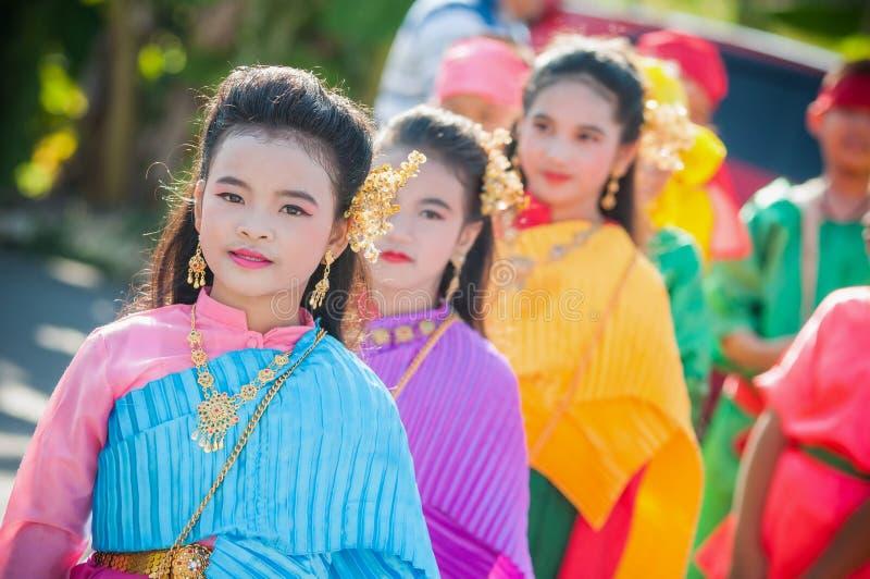 Chiuda su girlgroup tailandese che esegue la musica tailandese ed il dancing tailandese nel giorno delle nozze fotografia stock libera da diritti