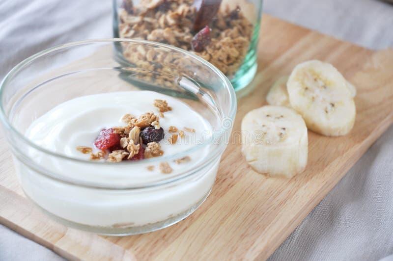 Chiuda su granola su yogurt immagine stock libera da diritti