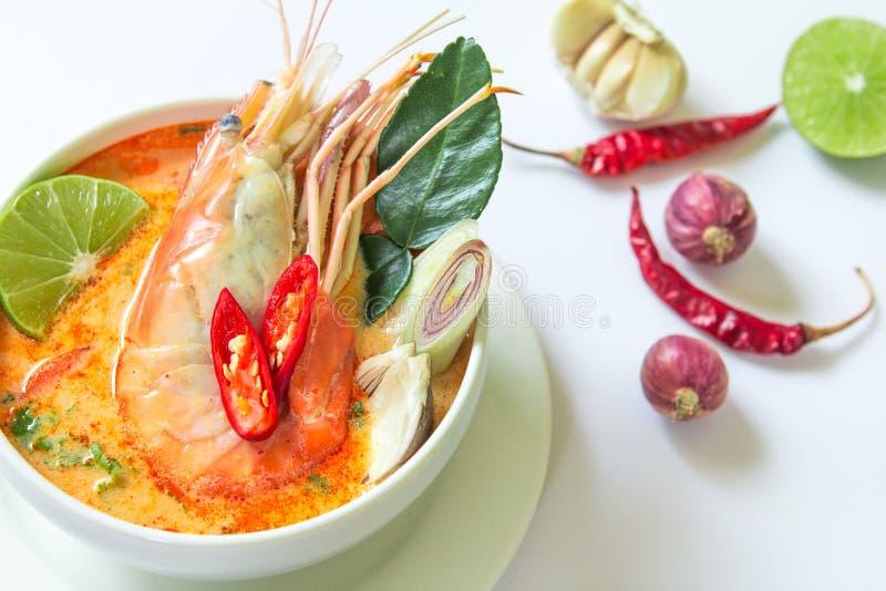 Chiuda su minestra piccante asiatica con gamberetto in ciotola bianca, Tha famoso fotografie stock