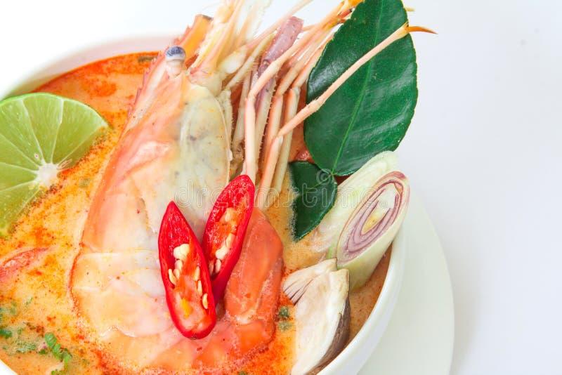 Chiuda su minestra piccante asiatica con gamberetto in ciotola bianca, Tha famoso fotografia stock libera da diritti