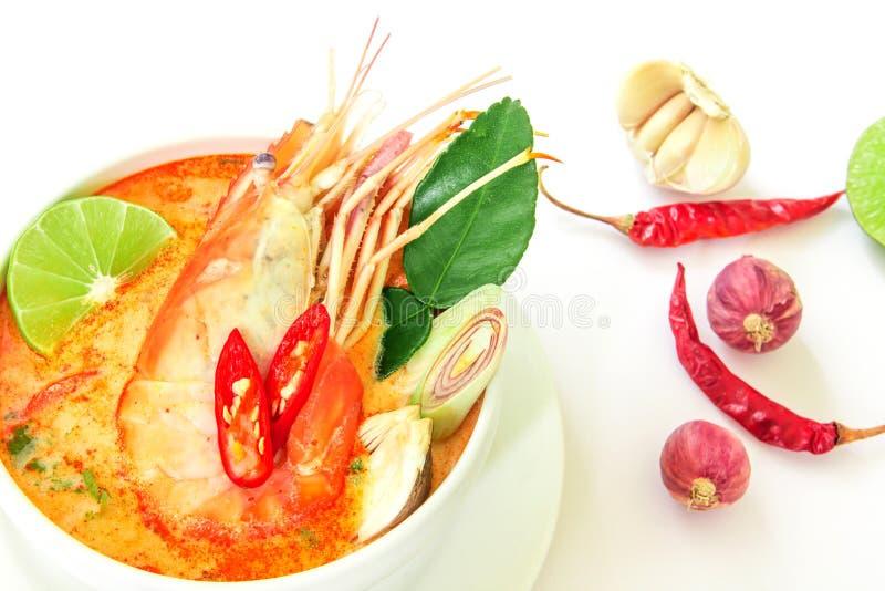 Chiuda su minestra piccante asiatica con gamberetto in ciotola bianca, Tha famoso fotografia stock