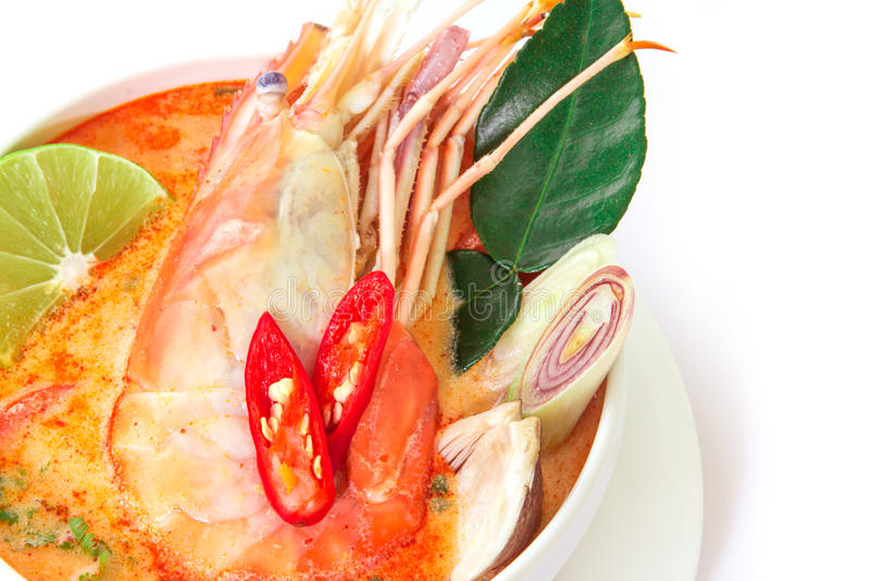 Chiuda su minestra piccante asiatica con gamberetto in ciotola bianca, Tha famoso immagine stock