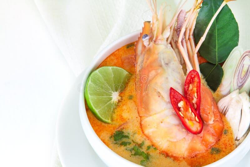 Chiuda su minestra piccante asiatica con gamberetto in ciotola bianca, Tha famoso immagini stock