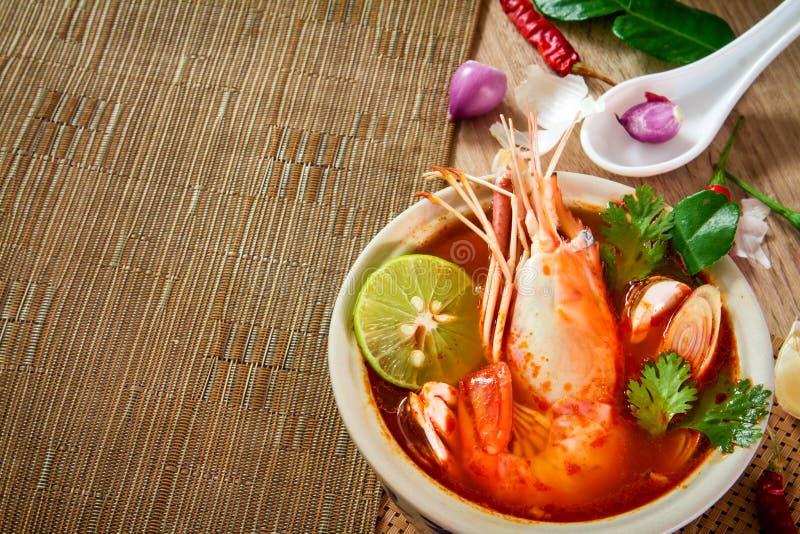 Chiuda su minestra piccante asiatica con gamberetto in ciotola, foo tailandese famoso immagini stock