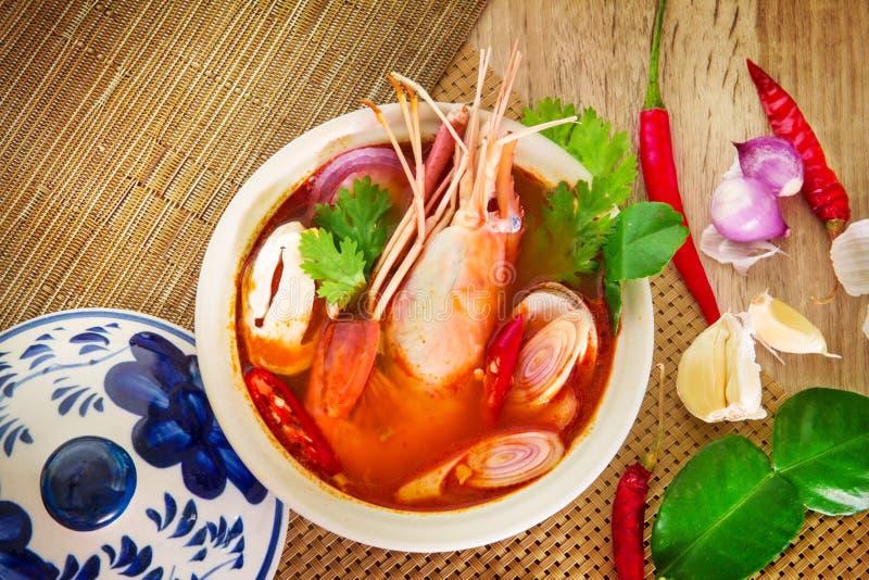 Chiuda su minestra piccante asiatica con gamberetto in ciotola, foo tailandese famoso fotografia stock libera da diritti