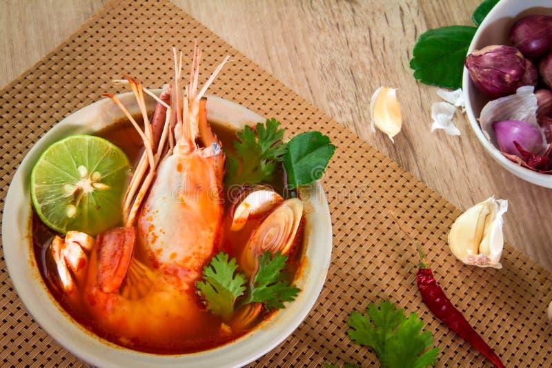 Chiuda su minestra piccante asiatica con gamberetto in ciotola, tailandese famoso immagini stock libere da diritti