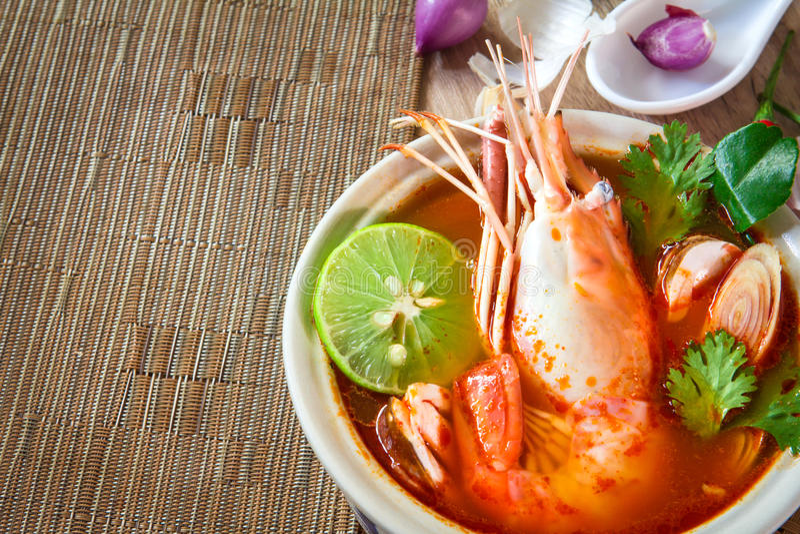 Chiuda su minestra piccante asiatica con gamberetto in ciotola, tailandese famoso fotografia stock