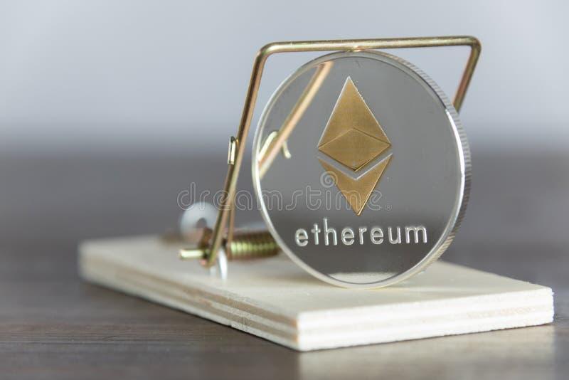 Chiuda su oro Ethereum Cryptocurrency nella trappola del topo T finanziario fotografie stock