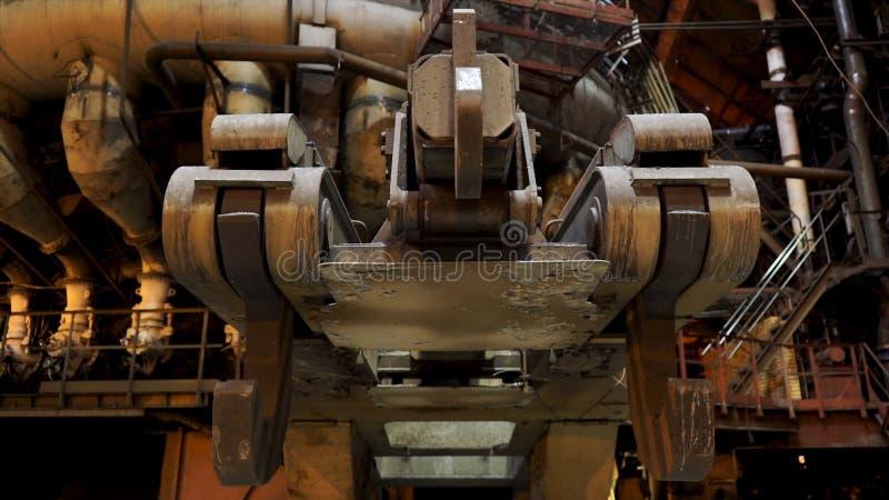 Chiuda su per i grandi ganci dello scivolo metallurgico alla fabbrica, concetto dell'industria pesante Meccanismi di metallurgico immagine stock libera da diritti