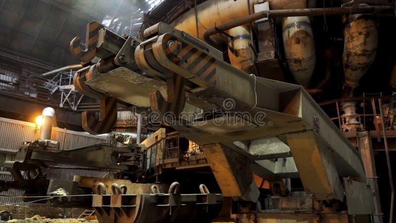 Chiuda su per i grandi ganci dello scivolo metallurgico alla fabbrica, concetto dell'industria pesante Meccanismi di metallurgico fotografie stock libere da diritti