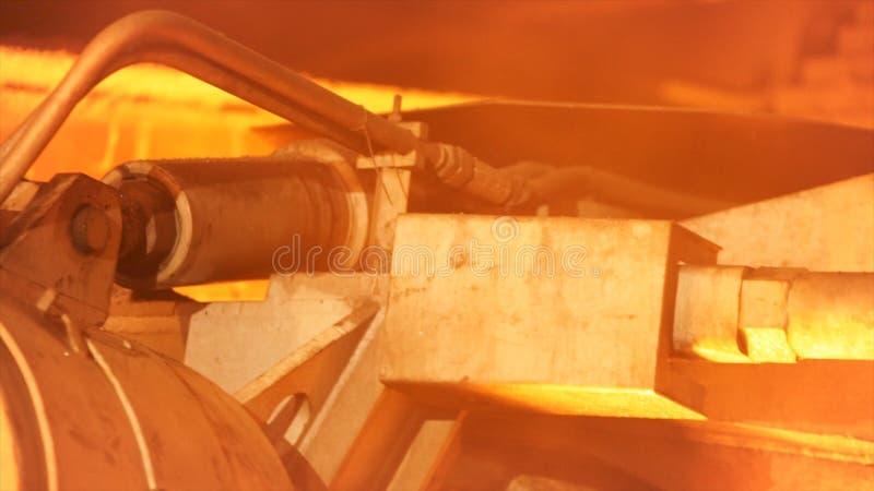 Chiuda su per il dettaglio del meccanismo di lavoro nella fonderia del metallo Metraggio di riserva Macchina nell'industria pesan immagini stock