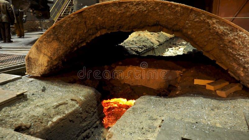 Chiuda su per l'altoforno con l'interno d'acciaio fuso, concetto dell'industria pesante Pianta metallurgica con metallo fuso fotografie stock libere da diritti