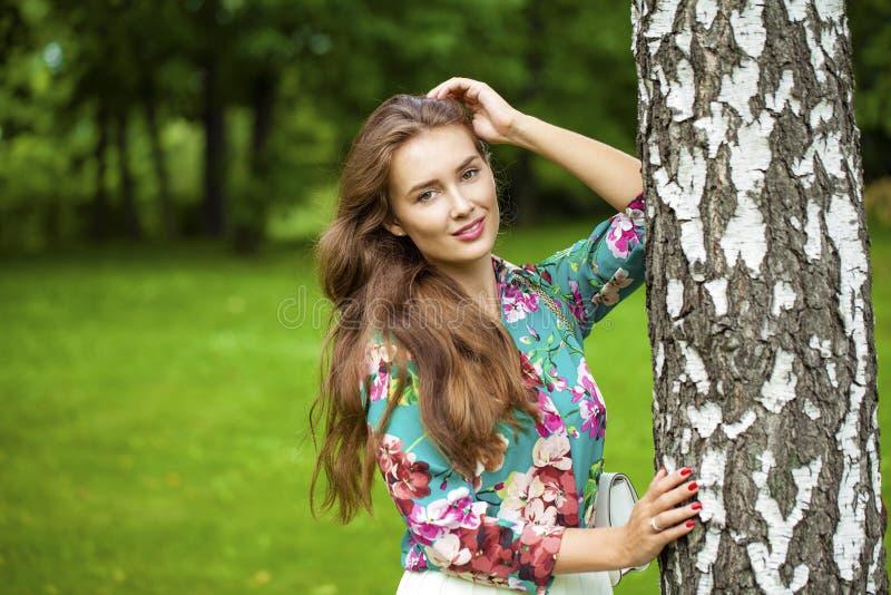 Chiuda su, ritratto di giovane bella ragazza castana fotografie stock libere da diritti