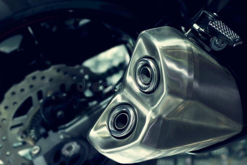 Chiuda su su un tubo di scarico del motociclo, nuovo scarico di progettazione moderna fotografia stock