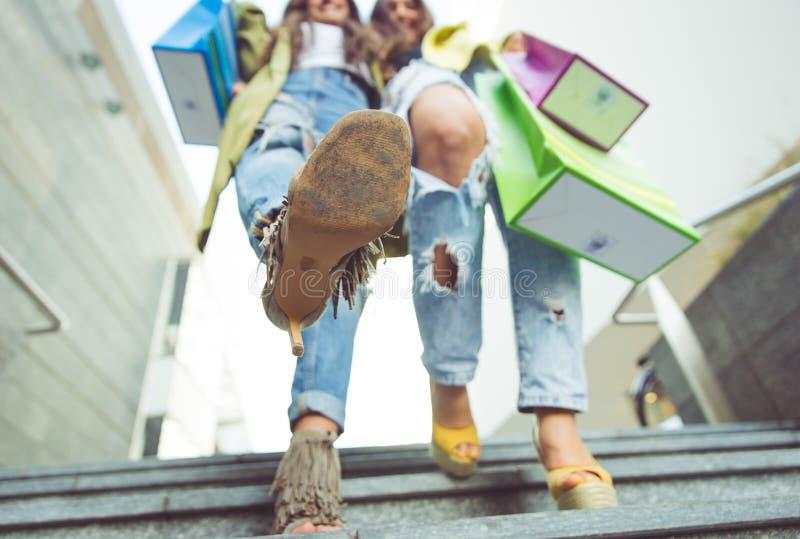 Chiuda su su una scarpa della donna fotografia stock