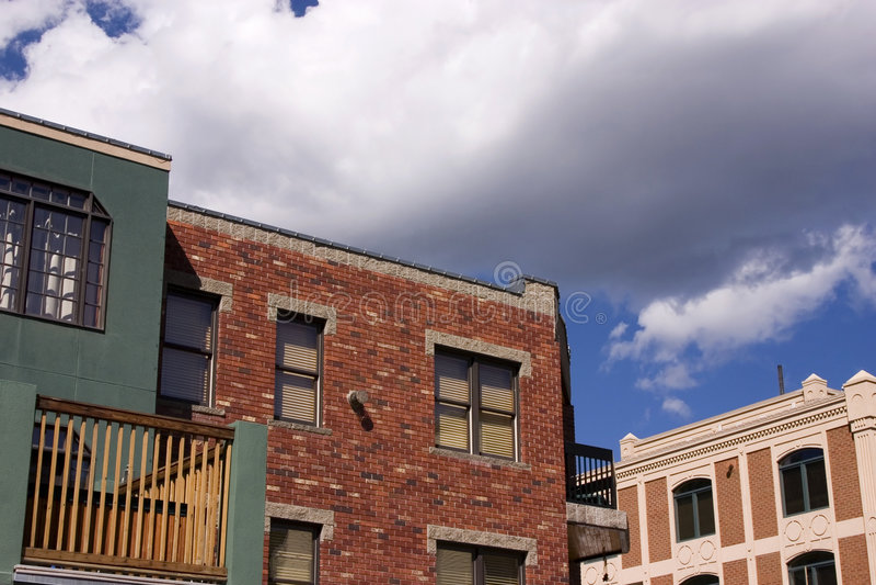 Chiuda in su su una vecchia costruzione con la priorità bassa nuvolosa immagini stock