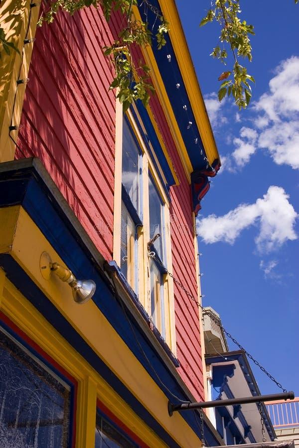 Chiuda in su su una vecchia costruzione variopinta con la priorità bassa nuvolosa fotografia stock