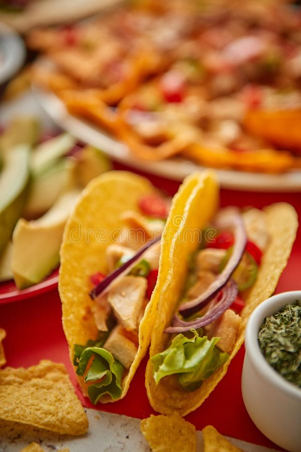 Chiuda su sui taci croccanti con il vario assortimento messicano appena fatto degli alimenti immagine stock