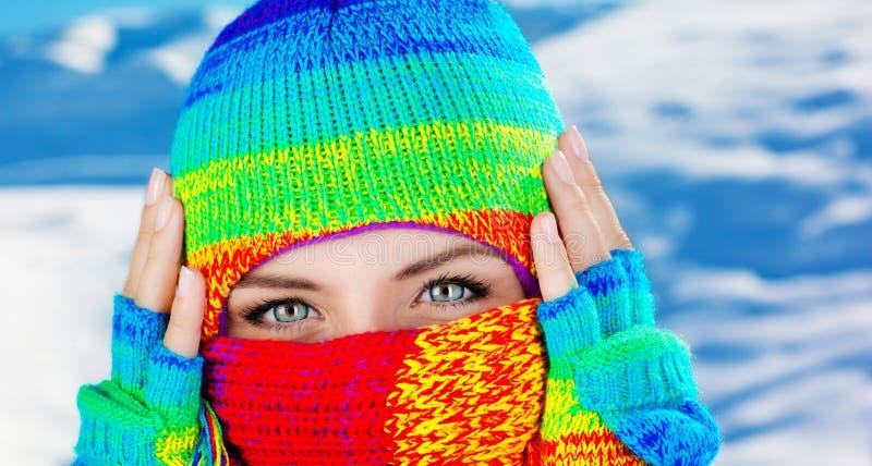 Chiuda in su sul fronte coperto con gli occhi azzurri immagini stock