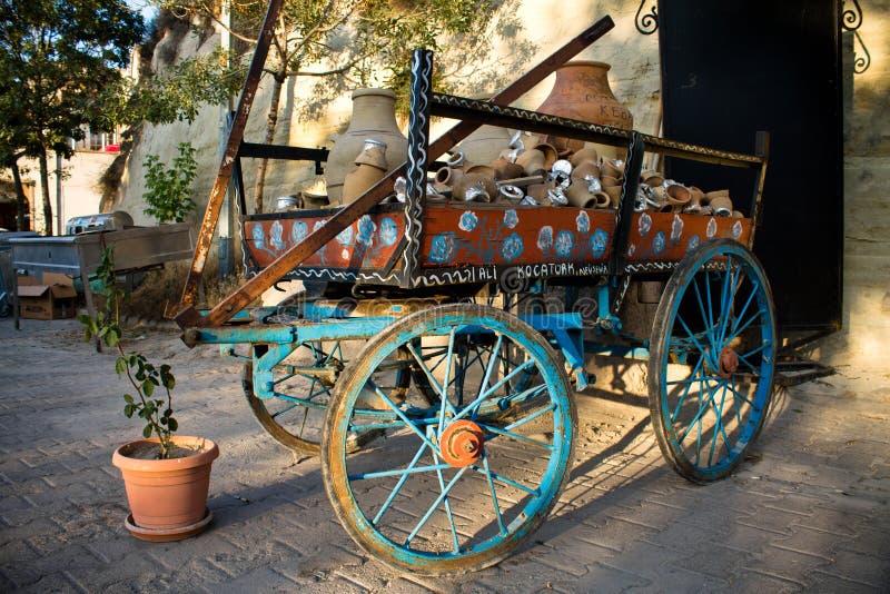 Chiuda su sul vecchio retro vagone d'annata variopinto parcheggiato nel villaggio della via, il cappadocia, tacchino immagine stock