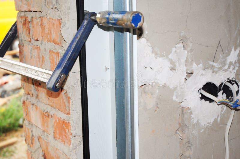 Chiuda su sull'installazione del sigillo alla porta del garage e ripari fotografia stock