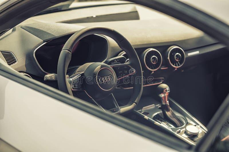 Chiuda su sulla cabina di pilotaggio di Audi e spinga immagini stock
