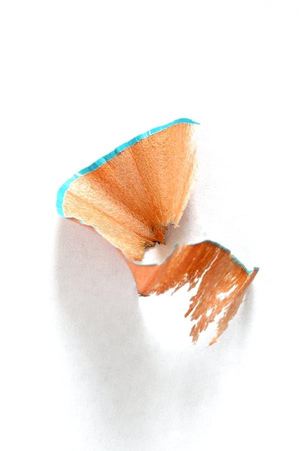 Chiuda su sulla rasatura delle matite isolata su fondo bianco immagini stock