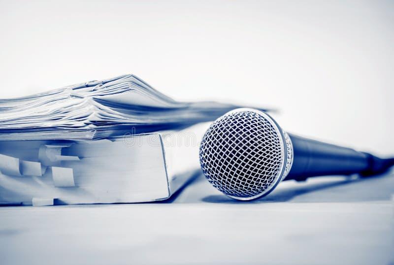 Chiuda su un microfono con il documento cartaceo, concetto dell'altoparlante o fotografia stock libera da diritti