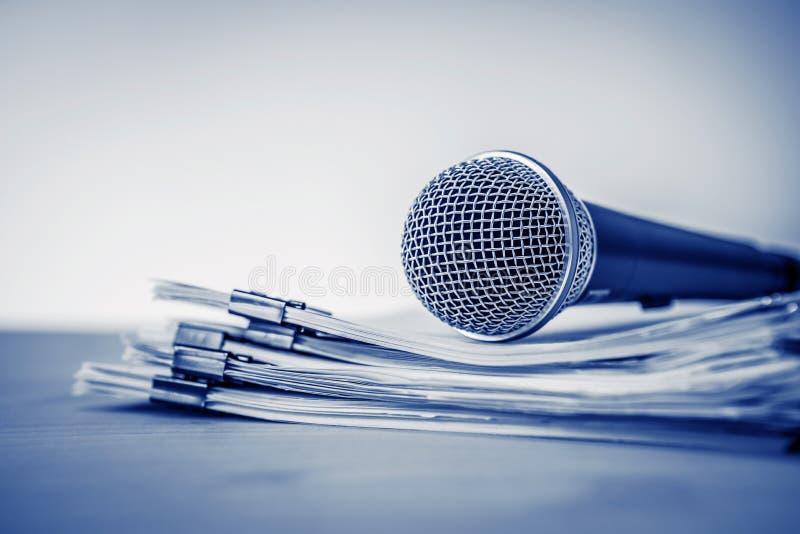 Chiuda su un microfono con il documento cartaceo, concetto dell'altoparlante o fotografie stock libere da diritti