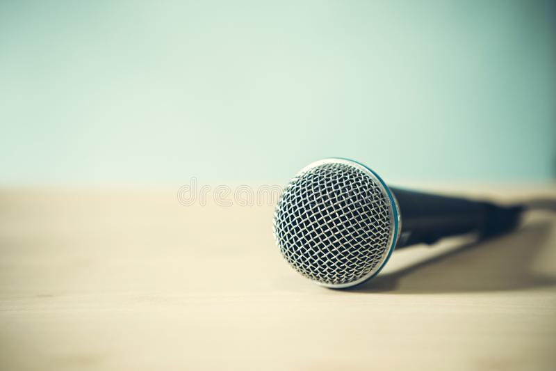 Chiuda su un microfono sulla tavola, sul concetto dell'altoparlante o sul teache fotografie stock