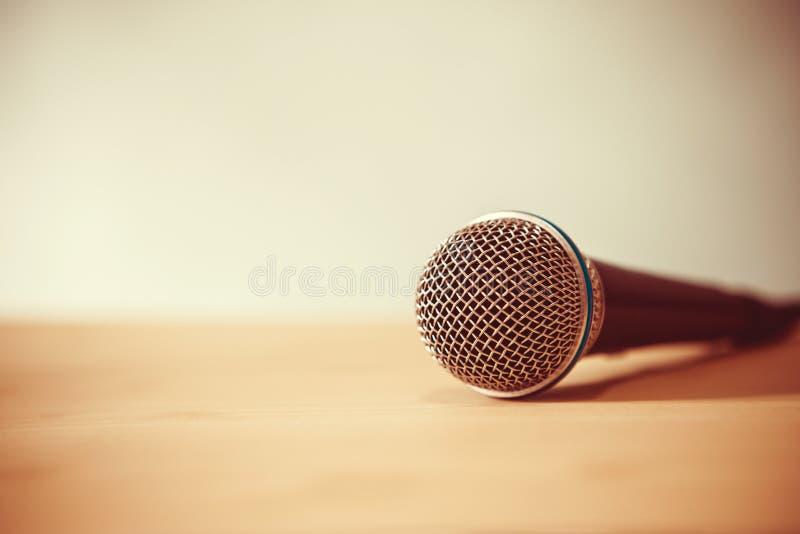 Chiuda su un microfono sulla tavola, sul concetto dell'altoparlante o sul teache fotografia stock libera da diritti