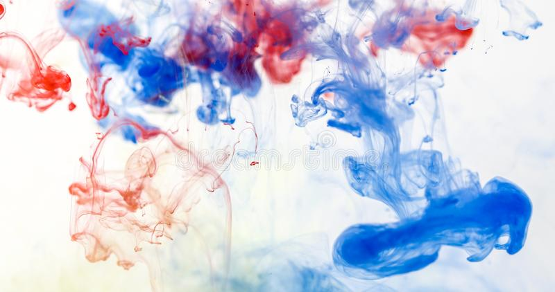 Chiuda su un multi calo colorato nell'acqua, movimento astratto di moto immagine stock