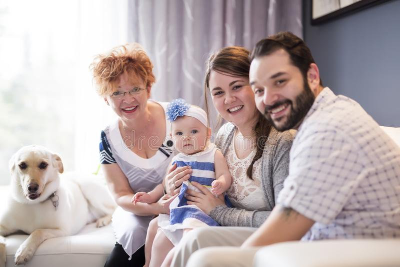 Chiuda su un ritratto di tre generazioni di donne che sono figlia vicina, della nonna, della madre e del bambino a casa fotografie stock libere da diritti