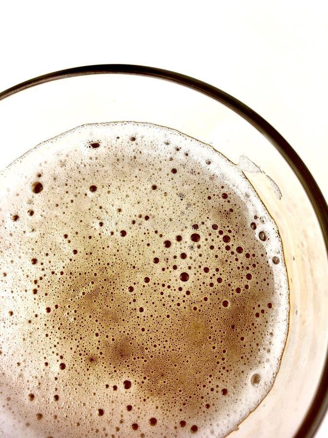Chiuda su, vista superiore di una tazza di vetro della birra immagini stock libere da diritti