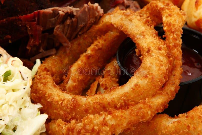 Chiuda sugli anelli di cipolla in zolla di alimento immagine stock libera da diritti