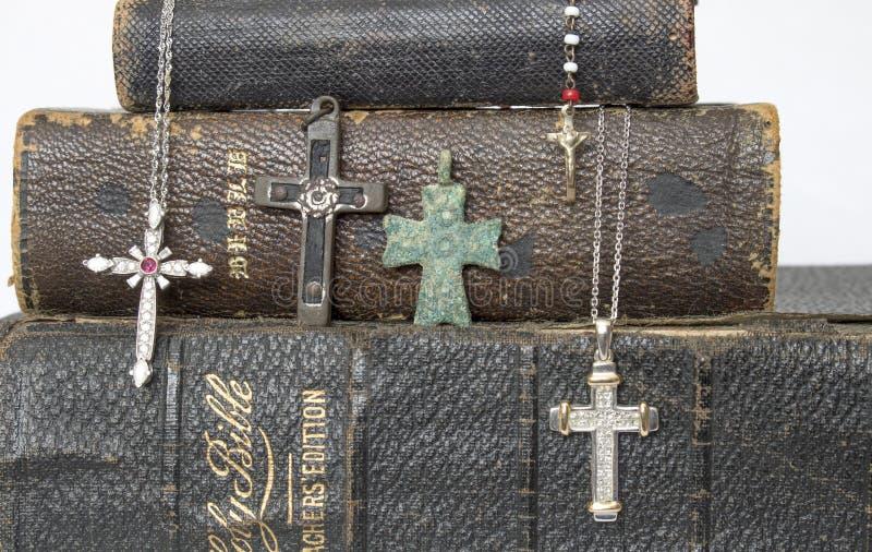 Chiuda sugli incroci antichi e moderni sulle bibbie di cuoio antiche immagine stock libera da diritti