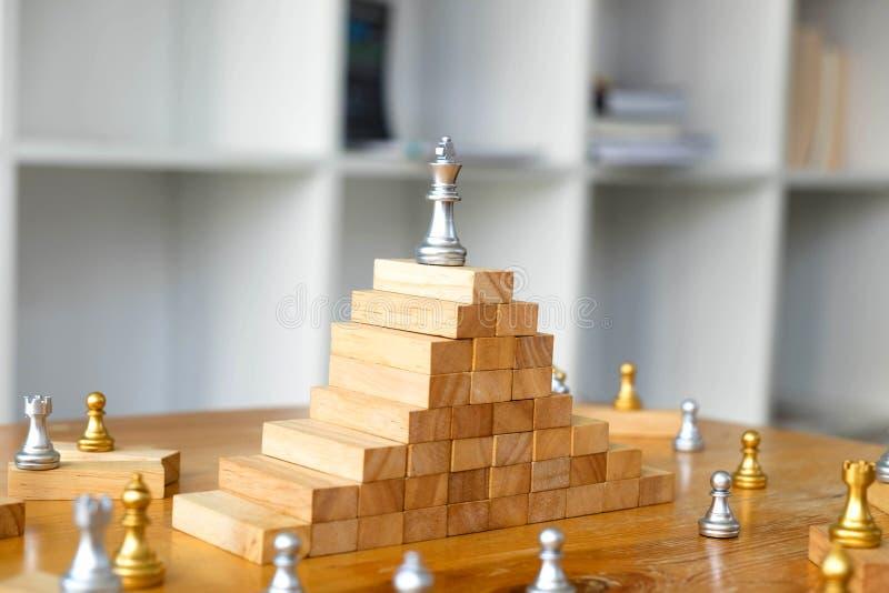 Chiuda sugli scacchi di re sulla cima, concetto di affari fotografia stock libera da diritti
