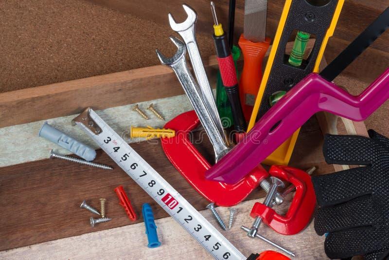 Chiuda sui concetti degli attrezzi, strumenti dell'hardware della costruzione di carpenteria nella scatola Insieme degli attrezzi fotografia stock libera da diritti