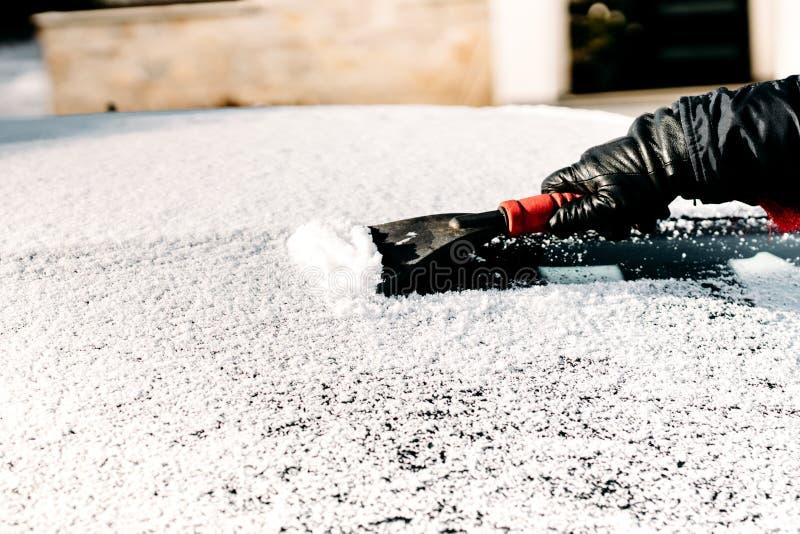 Chiuda sui dettagli dell'automobile di pulizia dell'uomo da neve fotografia stock libera da diritti