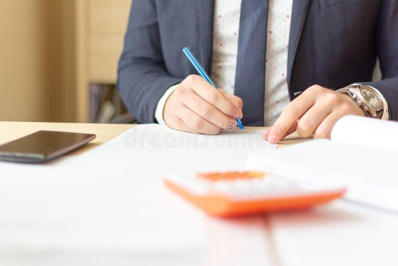 Chiuda sui documenti di firma dell'uomo d'affari Contratto di firma dell'uomo di affari che fa un affare, affare classico immagine stock libera da diritti